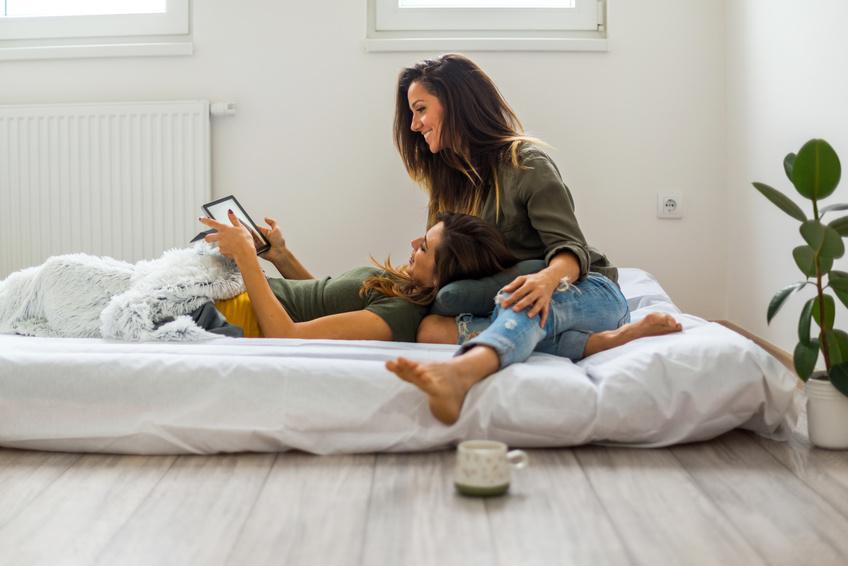 Pareja lesbiana hace contactos en la cama