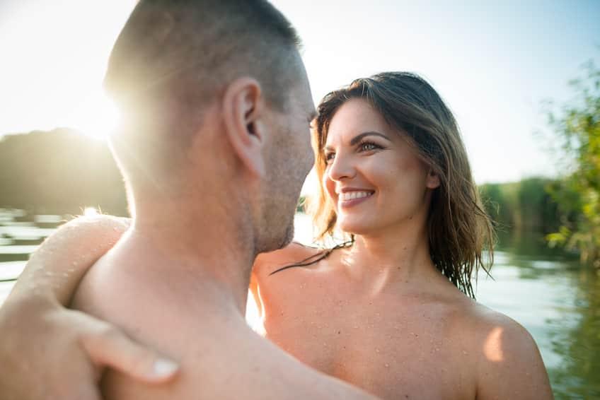 pareja que se conoció en página de citas se abraza en una piscina
