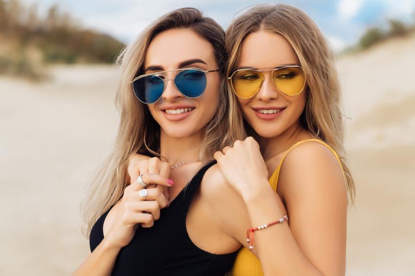 Dos chicas lesbianas con gafas de sol posan para la foto