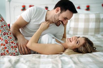 una coppia conosciutasi su una chat di incontri si coccola a letto