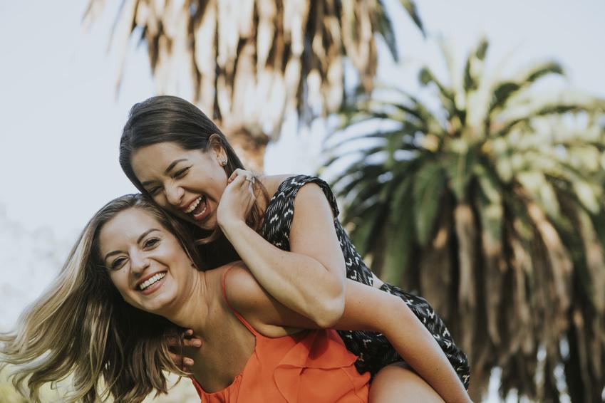 dos chicas teniendo una cita lesbiana