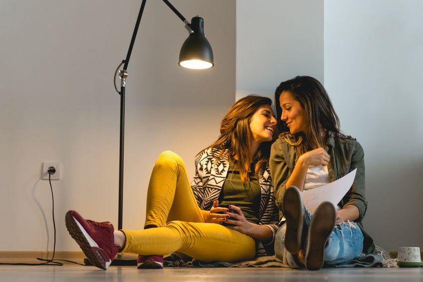 lesbijki zakochane przez portal dla lesbijek siedza w mieszkaniu