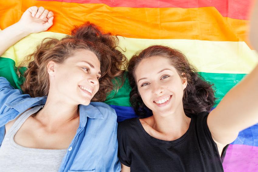 Dos chicas lesbianas que se han conocido en una página de citas